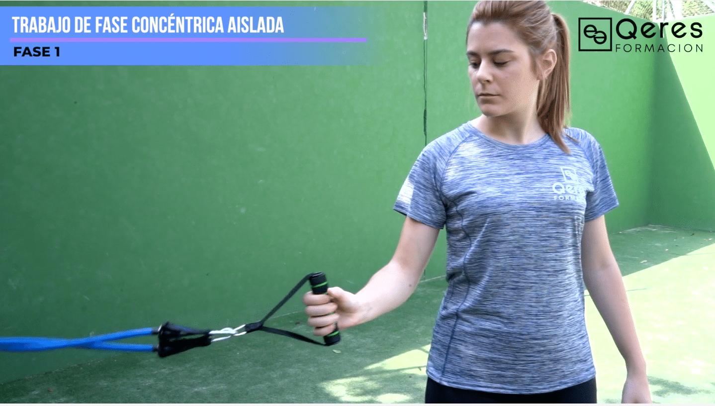 PadelMBA - jugadora de pádel trabajando el físico con QeresFormación